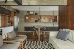 O mobiliário planejado se espalha por todos os ambientes em prateleiras, aparador, mesa e armários Foto: Zeca Wittner/Estadão