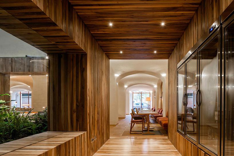 isay-weinfeld-green-spot-restaurant-barcelona-interiors-designboom-02