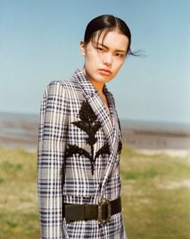 Harpers-Bazaar-Vietnam-May-2017-Yudu-Zeng-by-Onin-Lorente-5