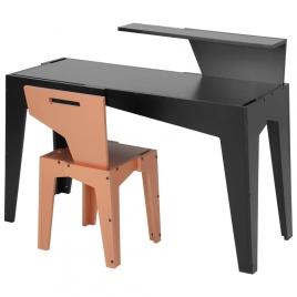 Cadeira e escrivaninha com apoio para livros, duas das peças que mais chamam atenção na coleção. Foto: Tok & Stok