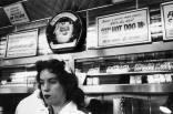 O fotógrafo saiu a campo sem roteiro definido ou ideia pré-concebida do que fotografaria, e se deparou com inúmeros personagens, como uma garçonete em Hollywood (foto), uma babá n a Carolina do Sul ou um caubói em Nova York Foto: Robert Frank