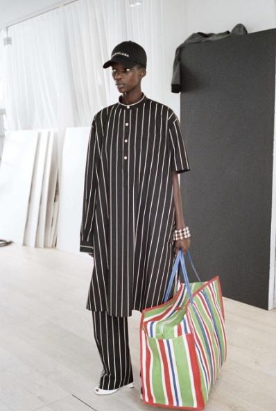 f1f77bd8f Balenciaga vende bolsa que imita saco de papel por R$ 3,7 mil – UFW