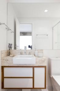 O banheiro seguiu a mesma linha do quarto do morador Foto: Ricardo Bassetti