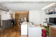 Em conjunto com suas sócias do escritório Mestisso, a arquiteta Merê Esteves optou por apostar no contraste de texturas e cores no projeto deste apartamento de 70 m². Paredes lisas e de tijolos, assim como cores neutras e chamativas são o grande destaque do imóvel