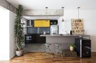 O trabalho das arquitetas transcorreu de forma muito livre. Uma de suas indicações foi o uso de cores intensas em alguns pontos da casa, como é o caso da laca amarela e do azulejo utilizados na cozinha