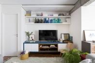 O uso das cores também chama atenção na sala. A opção pelo azul trouxe um ar mais vivo para o ambiente, além de compor a proposta oferecida pelas arquitetas Foto: Ricardo Bassetti