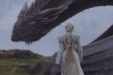 Ombros marcados e gola alta são assinatura de estilo da personagem Foto: Reprodução de cena de 'Game Of Thrones' (2017)/ HBO