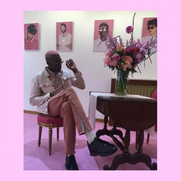 O parisiense faz sucesso no Instagram por compartilhar seus looks (quase) sempre com peças em salmão, coral, rosinha, pink… Todo tipo de rosa que você imaginar!