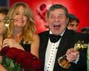 Jerry Lewis e Goldi Hawn seguram os prêmios 'Câmera de Ouro' que ganharam em Berlim em 2005 pelo conjunto de suas carreiras (Foto: Fabrizio Bensch/Reuters)