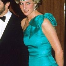 Sempre fashionista, ela colou um colar de esmeraldas na cabeça como se fosse uma faixa no cabelo!