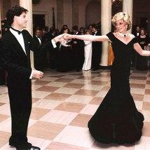 Outra peça icônica foi o vestido usado na noite que Diana dançou com John Travolta. E repara no colar - o mesmo do vestido da revanche! Essa choker com sete voltas de pérola é completada por uma safira do Ceilão que já pertenceu à rainha-mãe Elizabeth