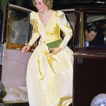 Olha esse vestido amarelo com mangas bufantes