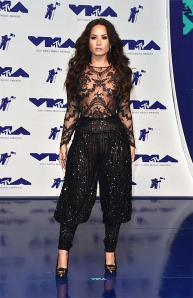 Demi Lovato sexy de renda e paetê Zuhair Murad