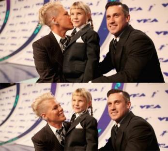 Pink, a filha e o marido: todos de terninho - fofos!