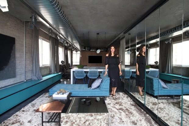 a-atriz-mariana-santos-ao-lado-de-chaise-azul-de-veludo-decoms_img_0851