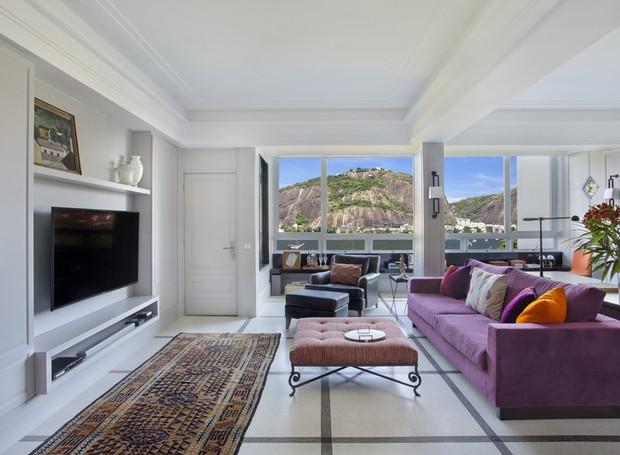 living-sala-tapete-sofa-mesa-de-centro-vista-para-o-pao-de-acucar.jpg
