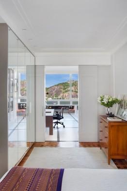 VISTA   O quarto de hóspedes foi instalado em um vão entre o escritório e living para que os convidados também possam desfrutar da vista para o Pão de Açúcar (Foto MCA Estúdio/Divulgação)