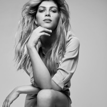 Marcella Maia usa vestido Ralph Lauren e brinco Versace (Foto: Ivan Genasi, Stylist: Ivan Rasic, Hair stylist: Mimmo Di Maggio, Make up: Ivona Milosevic, Videomaker: Tom Carvalho)