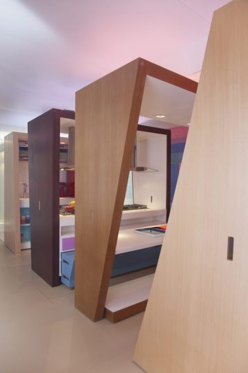 Casa modular e suas fatias deslizáveis. Em primeiro plano a cama, em segundo a mesa de refeição e em terceiro a cozinha. foto: Cacá Bratke