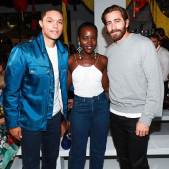 O apresentador Trevor Noah ao lado de Lupita e Jake Gyllenhaal