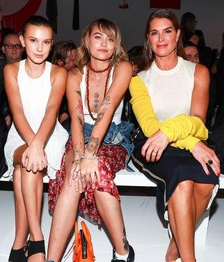 Millie Bobby Brown, Paris Jackson e Brooke Shields na fila A da Calvin Klein