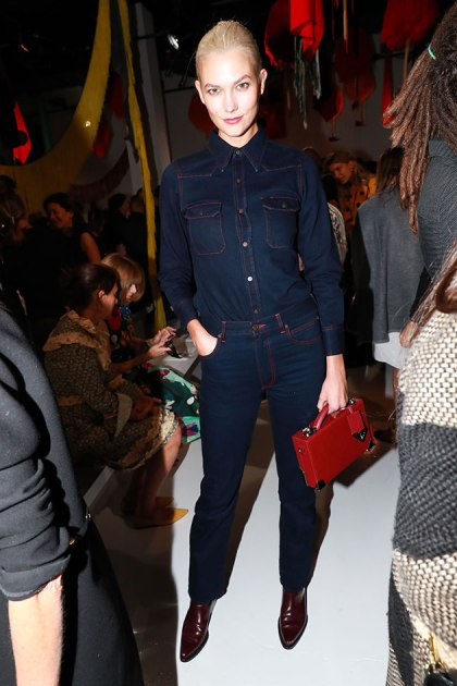 Tudo jeans pra Karlie Kloss