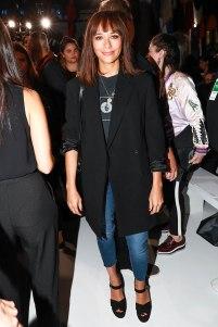 A atriz Rashida Jones jogou uma alfaiataria por cima do seu look