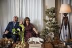 Arnaldo e sua mulher, Katia, se divertem na área do living junto aos janelões acortinados; sobre o baú que faz as vezes de mesa de centro, uma pantera (1930) de faiança francesa Longwy