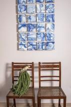 O par de cadeiras D. Maria (1800), brasileiras, acompanha em relevância o painel de azulejos portugueses (séc. 18) na sala de jantar