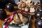 No detalhe, formas de sapatos do início do séc. 20 e bolas inglesas de madeira e osso usadas no jogo lawn bowls