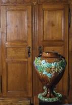 O vaso art noveau alemão (1900) tem, ao fundo, armário francês de carvalho dourado (séc. 19), no living