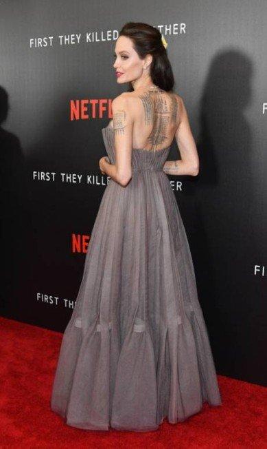 O look Dior deixou à mostra as tatuagens das costas | Dia Dipasupil / AFP