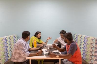 Funcionários da IBM em um espaço de trabalho descontraído nos novos escritórios no Centro de Informações de Bhartiya, em Bangalore. (Philippe Calia para The New York Times)