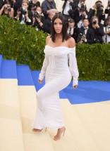 Muita gente sabe que o vestido de Kim no baile do Met era Vivienne Westwood, mas pouca gente sabe... que ele é vintage!