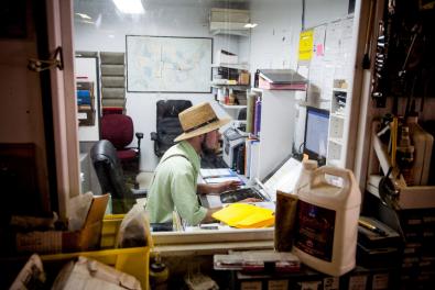 Sam, 29, que fazia entregas para a Amish Country Gazebos, hoje trabalha com o computador na loja da companhia