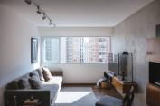 Com a troca das janelas, a iluminação natural pode se espalhar melhor por toda a sala