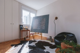 O quarto menor foi transformado pelo morador em ateliê