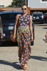 Os vestidos longos são sempre uma boa pedida e Chrissy adora - que tal esse florido?