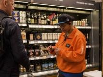 Funcionários são treinados para auxiliar usuários; na foto, empregado checa identidade de quem pode ou não comprar bebidas alcóolicas