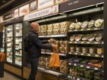 Entre os produtos oferecidos, estão refeições prontas, refrigerantes e salgadinhos