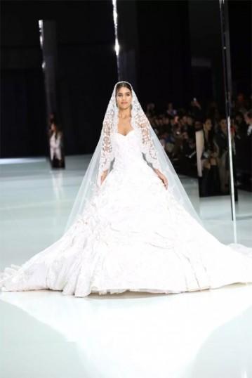 A blogueira Camila Coelho é a noiva de Ralph & Russo