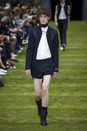 O da Dior também em um costume, e supercurto...