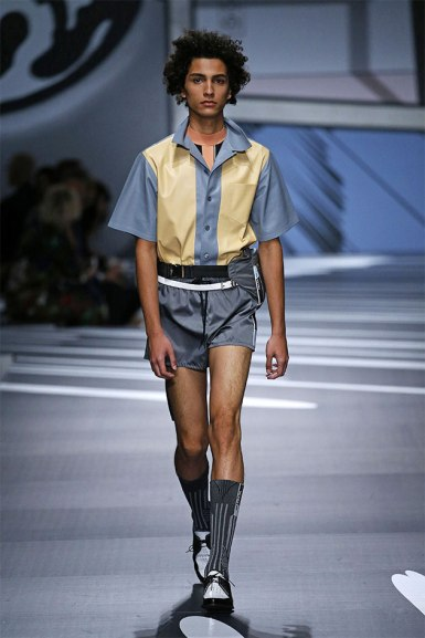 Na Prada, a pegada esportiva se mistura com a camisa e o sapato bicolor com meia
