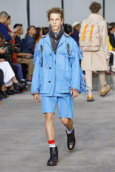 Conjuntinho azul com direito a franjas na jaqueta, da Sacai