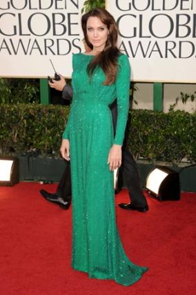Angelina Jolie chegou à premiação com um esmeralda da Atelier Versace em 2011