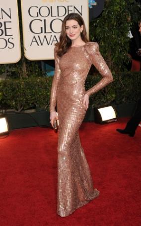 Anne Hathaway brilhou com um Armani Privé em 2011