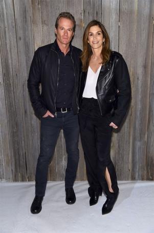 Rande Gerber e Cindy Crawford foram assistir a filha Kaia Gerber na passarela. Família modelo - no caso, de profissão mesmo!