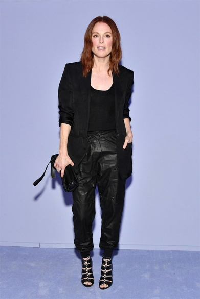 No Tom Ford teve Julianne Moore com look todo preto...