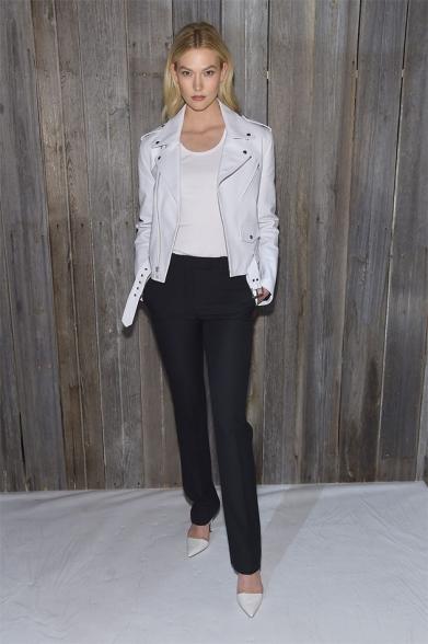 A modelo Karlie Kloss foi com look básico
