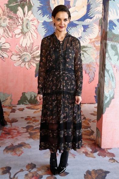 Katie Holmes escolheu um vestido florido pra prestigiar a Zimmermann